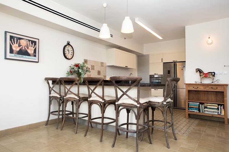 עיצוב מטבח כפרי בדירה תל אביבית. שילוב של הסגנון הכפרי לייט ומודרני חם.