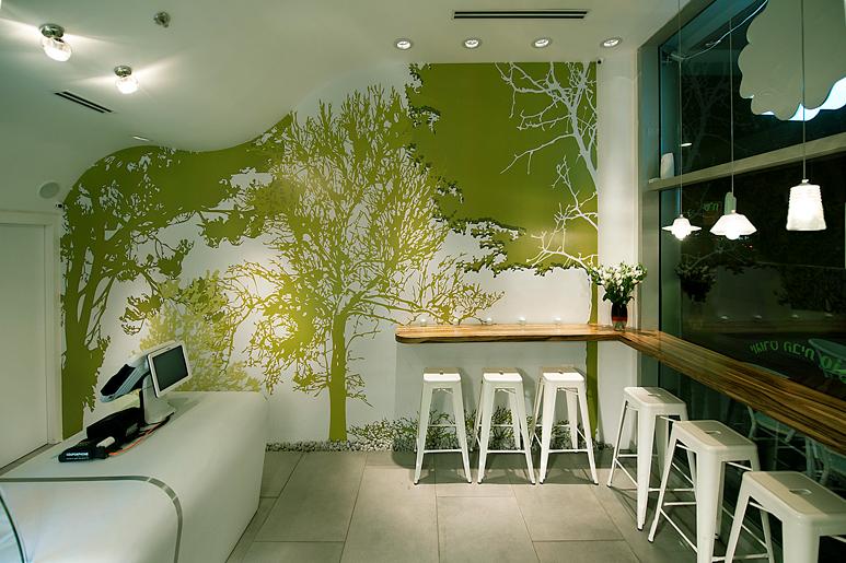 עיצוב בקווים זורמים בהשראת הצומח בכל פרט ופריט בחלל החל מתקרת הגבס ועד הגרפיקה המחפה את הקירות