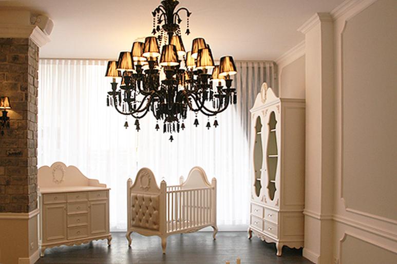 עיצוב החנות הותאם לסגנון הריהוט והמותג ומייצר חוויית קנייה חמה ומזמינה.