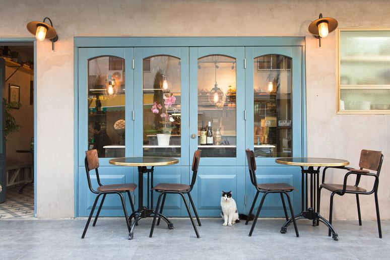 פינת ישיבה בחזית בית הקפה