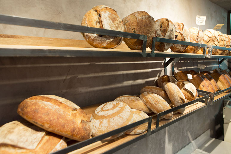 הגוון החם של המוצרים בשילוב חומרי גלם פשוטים מעניק לחלל תחושה מזמינה
