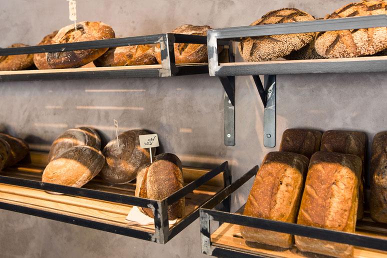 מדף ברזל שאינו משויף בשילוב ככרות לחם טריות מעניק תחושה נוסטלגית ובסיסית