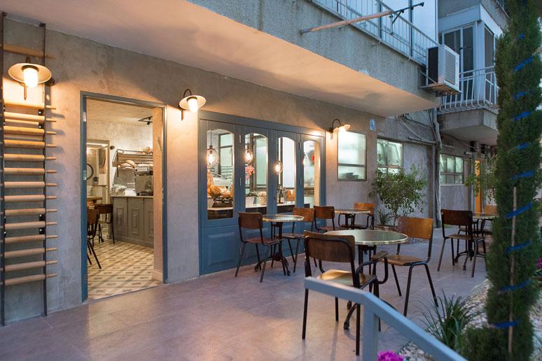 מבט אל חזית בית הקפה והמאפייה מראה כמה עיצוב יכול לרגש וליצור עולם קסום ייחודי ברחוב סואן