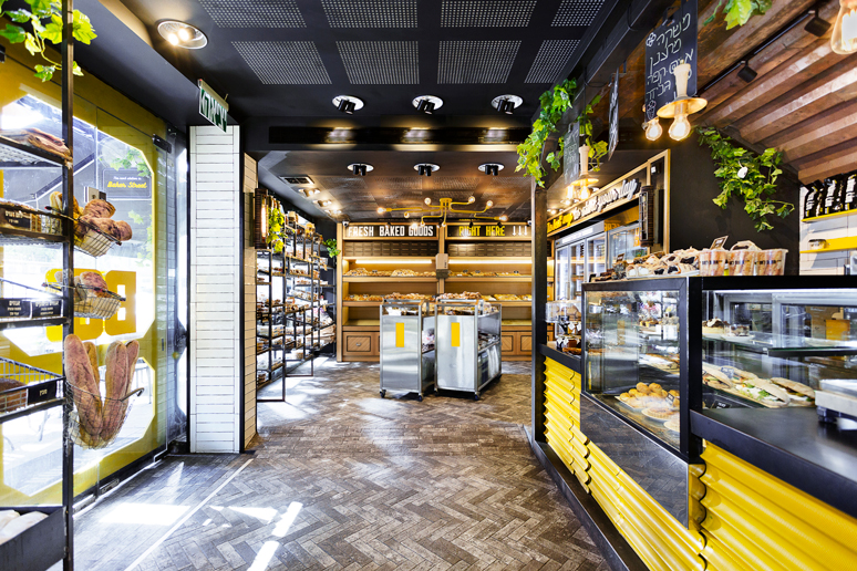 המקום עוצב בסגנון תחנה תעשייתית וכולל צבעוניות ממוקדת של שחור, לבן, אפור, צהוב וירוק.