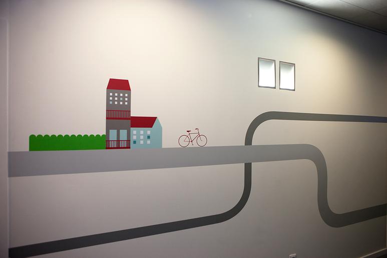 גרפיקה עשירה באייקונים בהתאמה מלאה למיקום - מעברים, פנים משרדים ופינות במשרד