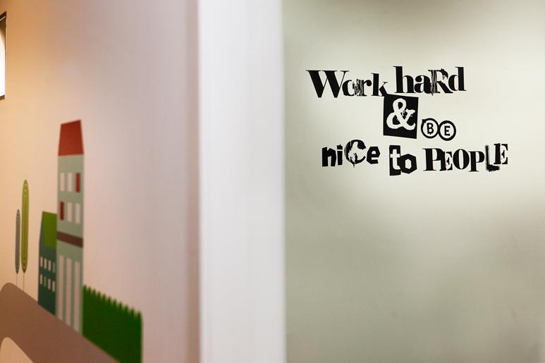 על גבי קירות המשרדים הודבקו טפטים של משפטי השראה אשר כל עובד בחר לעצמו
