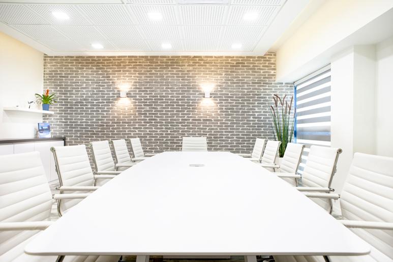 תכנון ועיצוב חדר ישיבות בשילוב חיפוי לבנים מפירוק