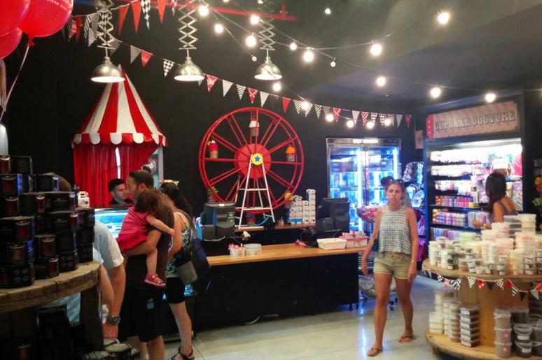 גרילנדות, גלגל ענק, אוהבל קרקס, גלגלי עץ ישנים, דיגלונים ומנורות אקורידיון, כל אלמנט נבחר בקפידה על מנת לשרת את הקונספט הייחודי למיקום החנות