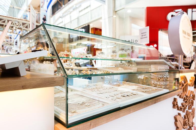 אקווריום זכוכית המאפשר הצגת תכשיטי יוקרה בשילוב פסי תאורה. התכשיטים זוכים לאור נכון וממוקדם והלקוחות זוכים לחשיפה רבה של כלל המוצרים