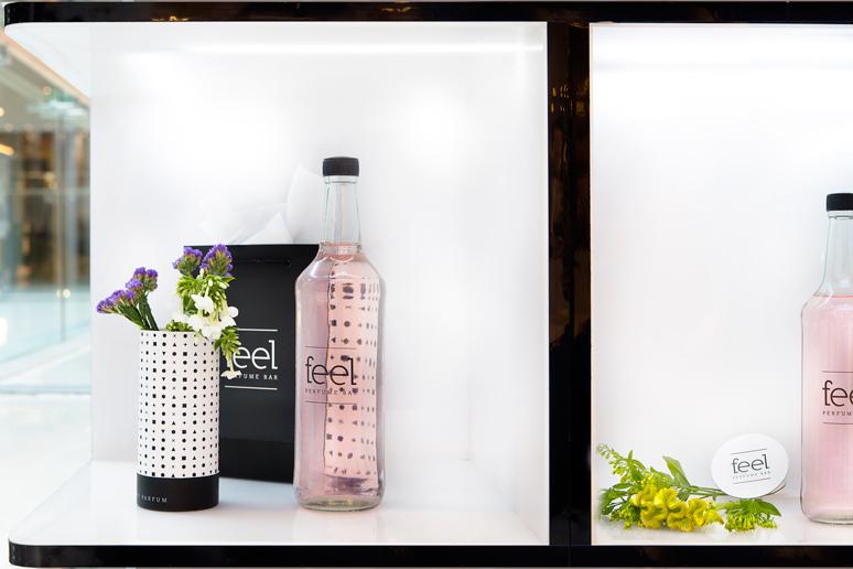 בכל קופסת תאורה מונחים הבקבוק, הבשמים ופרחי בר