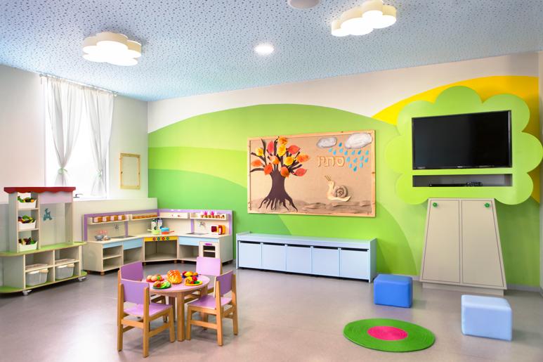 עיצוב כיתת הגדולים בגן צביעת הקירות בגווני ירוק בצורת גבעות בצד מטבחון ופינות משחק