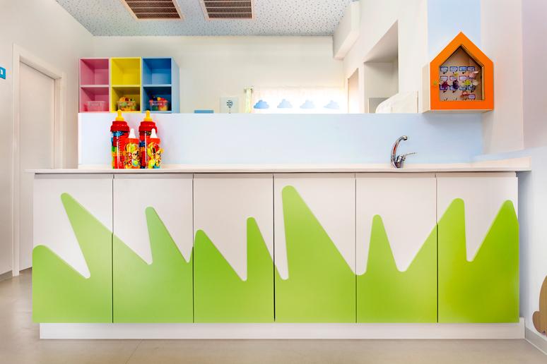 ארון עשוי אמדיאף צבוע בצבע שלייפלק בתנור בשני גוונים בצורת דשא