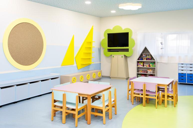 עיצוב כיתה בקונספט של ים ויבשה, רצפת PVC בשני גוונים, מדפי אחסון בצורת אוניה, ארון טלוויזיה בצורת עץ