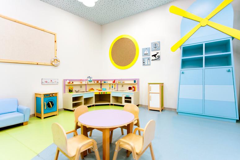 מטבחון ופינת אוכל בפינת המשחק בגן הילדים