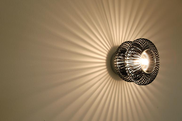 גופי התאורה כמציירים על הקיר באלומות אור ומשחקי אור וצל
