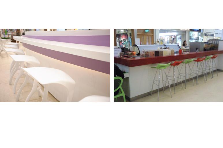 לפני ואחרי דלפק ישיבה וכסאות סביב הדוכן