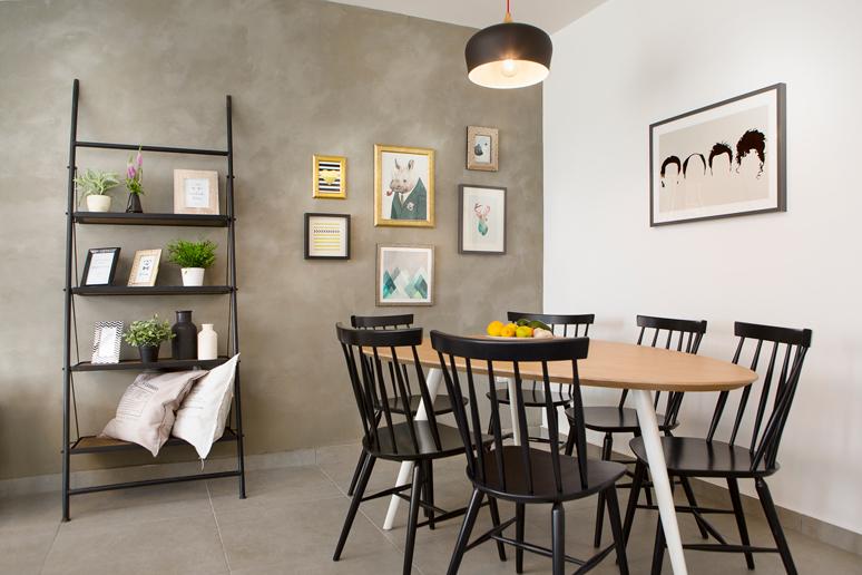 עיצוב פינת אוכל שולחן עץ אלון רגלי עץ צבועות לבן כסאות עץ שחורים ומסביב תמונות עם מסגרות שונות