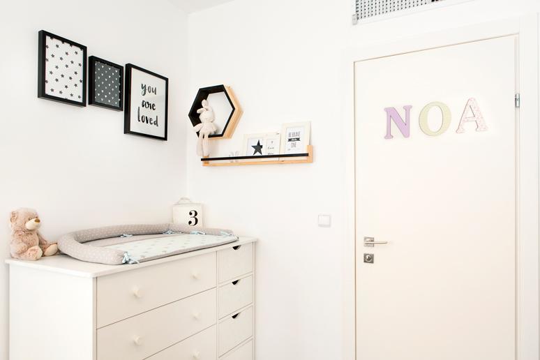 פינת החתלה תמונות שחור לבן מדף אחסון מעץ ושלט אותיות עם שם התינוק בצבעוניות מאופקת