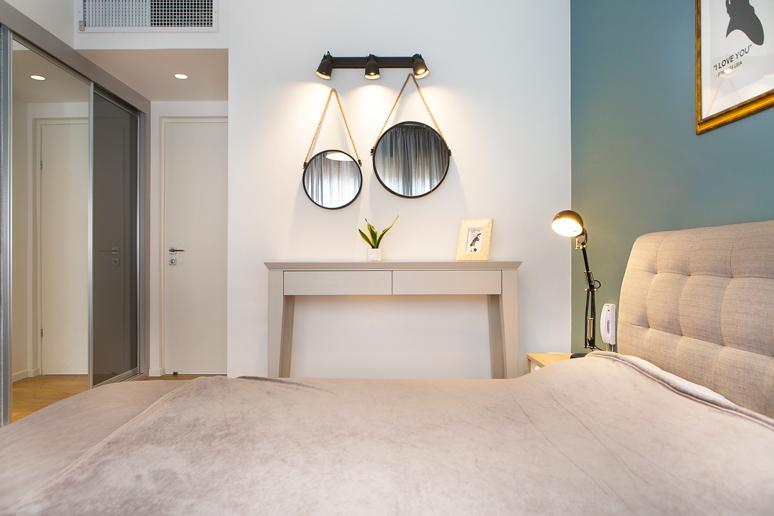 כניסה לחדר דרך ארון גדול המאפשר אחסון מירבי עם דלתות מראה וזכוכית ובכך נוצר מעבר מזמין ומרווח