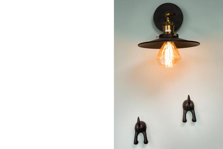 מנורה במראה תעשייתי, נורת פחת בצורת יהלום ומתלים בצורת חיות