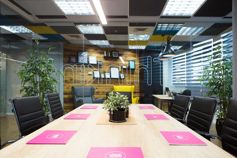 פלטת גוונים מונוכרומטית מאפיינת את הסגנון העיצובי של חללי המשרד ובאה לידי ביטוי