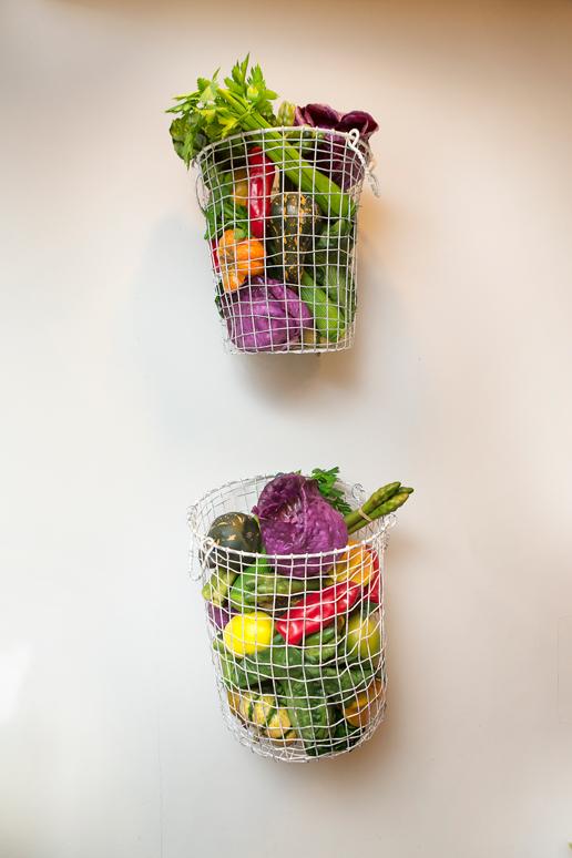 סלסלות רשת ברזל ובתוכן ירקות מפלסטיק ליצירת אווירה תוך שמירה על רמת תחזוקה גבוהה וקלה