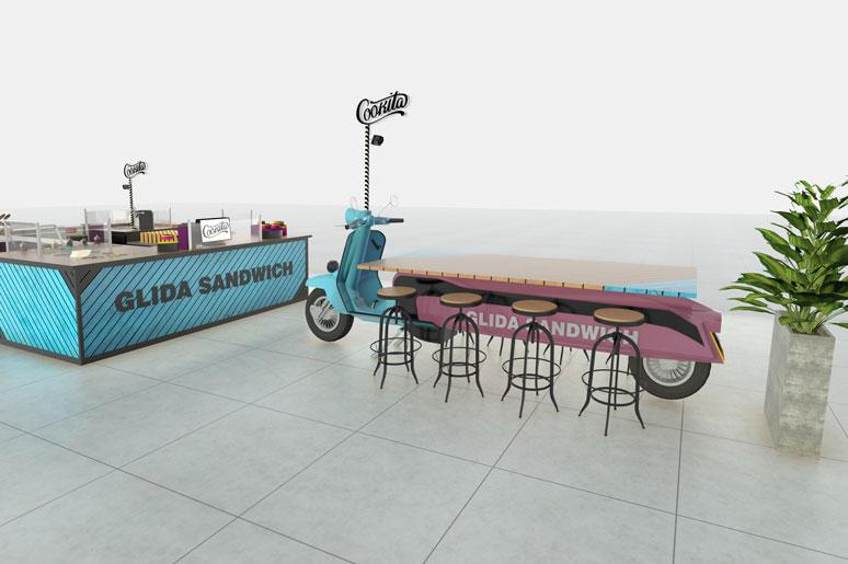 בצד הדוכן עמדת ישיבה מעוצבת כאופנוע קטן ובולט לעיניי כל המזמן את עוברי האורח בקניון לעצור ולקנות