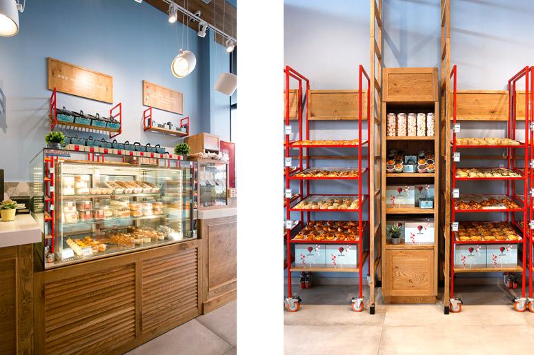 בין העגלות עמדות תצוגה למוצרים יבשים כגון עוגיות ועוגות וכן שקיות וקופסאות אריזה. משמאל מקרר תצוגה עם מוצרי בוטיק