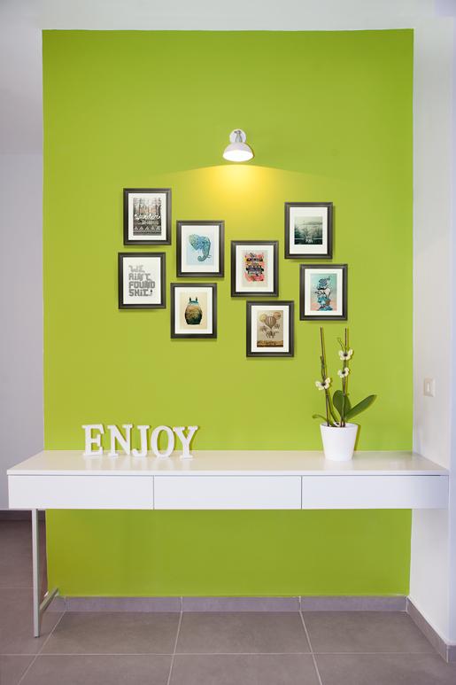 עיצוב כניסה לבית בעזרת צבע ירקרק מרענן ותמונות נבחרות