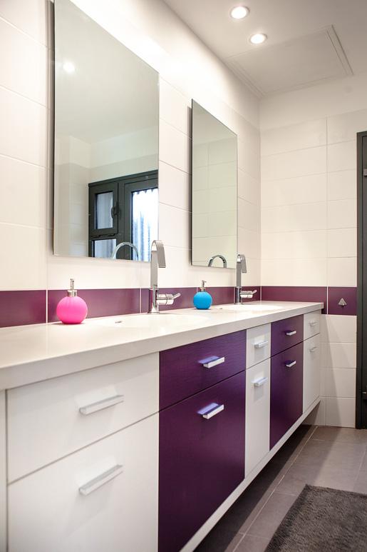 עיצוב חדר רחצה כללי תוך שימוש בסטנדרט קבלן באריחי החיפוי