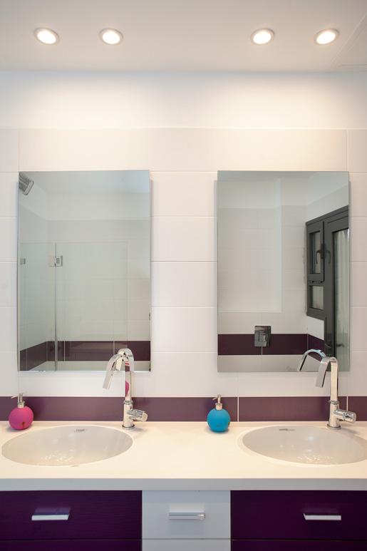 עיצוב חדר רחצה לילדים בעזרת שני הכיורים והמראות מאפשר שימוש פונקציונאלי ומהנה