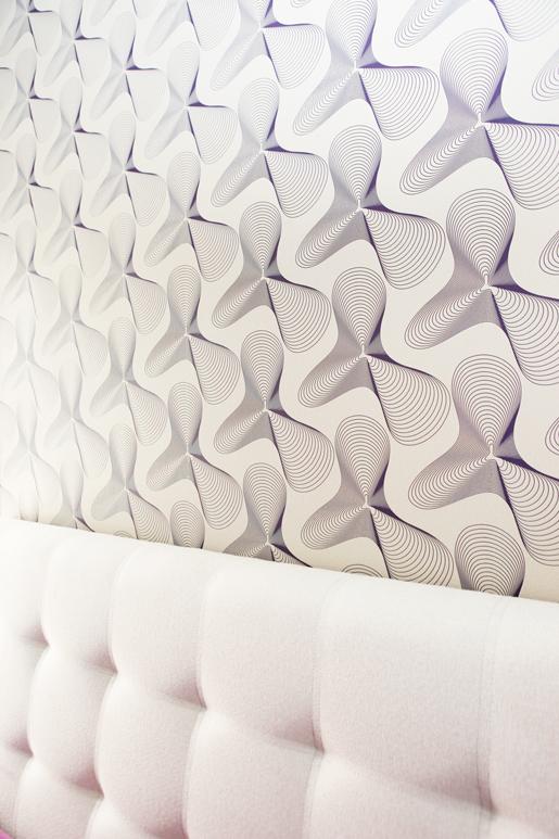עיצוב חדר שינה הורים על ידי חיפוי טפט של כארים ראשיד ובצבעוניות סגלגלה