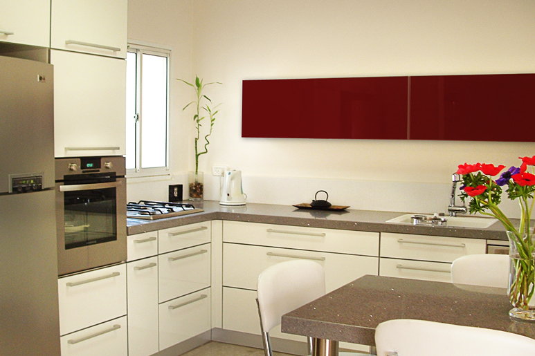 עיצוב מטבח בקווים מודרניים בגווני אפור לבן ונגיעה של בורדו בקלפה עם דלת זכוכית