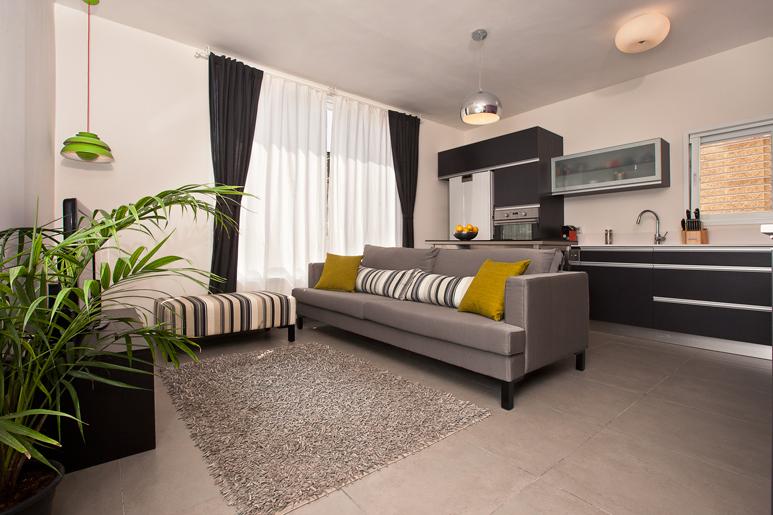 הדיירים ביקשו לשוות לדירה מראה לופט מרווח בסגנון קליל וצעיר