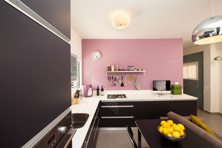 עיצוב דירה קטנה בתקציב מוגבל מחייב פתרונות יצירתיים ותכנון ייחודי