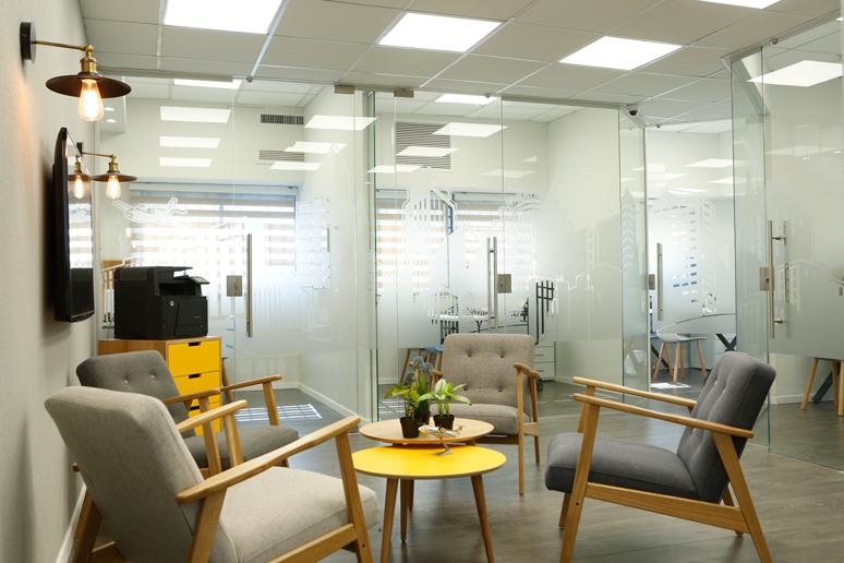 עיצוב משרד קטן בתל אביב בסגנון צעיר. במטרה ליצור חלל מאוורר ומואר הוסרו קירות הגבס ובמקומם הותקנו קירות זכוכית, הותקנה רצפת פרקט וגופי תאורת לד שקועים בתקרה אקוסטית