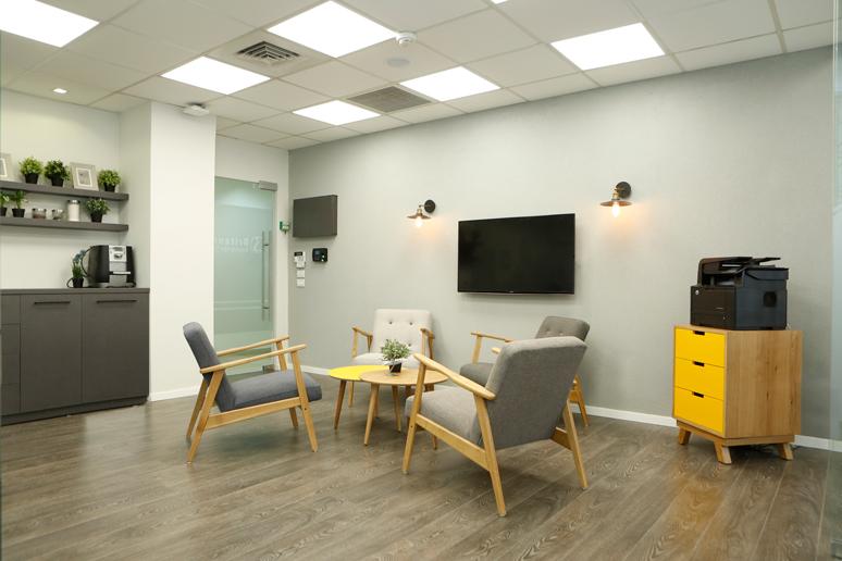 במרכז החלל בין המשרדים תוכננה פינת ישיבה לשיחות ועידה, ייעוץ ושהייה קבוצתית עם כורסאות בסגנון וינטאג' קיר בגימור שליכט אפור מסך טלוויזיה ועמדת מדפסת