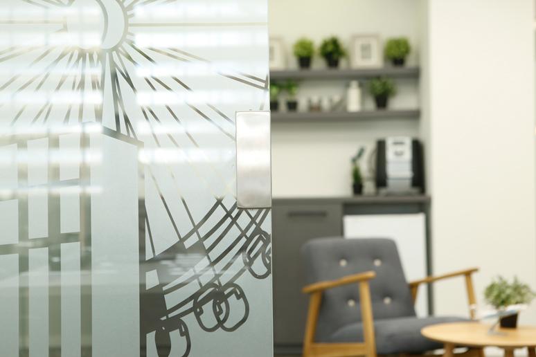 קירות הזכוכית חופו בטפט גרפי של בתים, גלגל ענק ושלל מבנים היסטוריים במטרה ליצור אינטימיות חלקית לעובדים