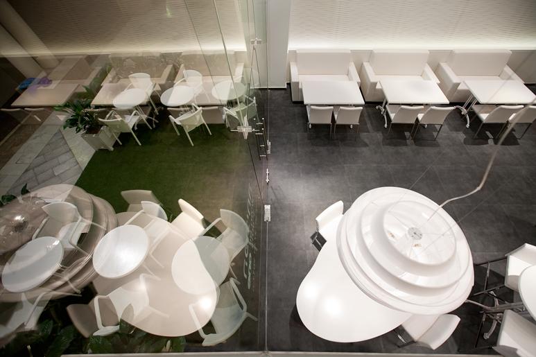 מיקום אזורי הישיבה בפנים ובחוץ כממשיכים זה את זה ומרחיבים את התחושה בחלל