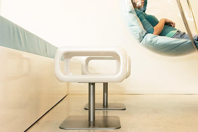 בצד הנדנדות התלויות שולב ספסל ישיבה הגובל עם הויטרינה ושולחנות מעוצבים בהתאם