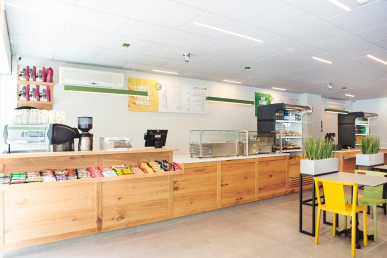 עמדת קפה וממתקים ממוקמת בקצה החלל ומאפשרת גישה ישיר ושירות מהיר למוצרים אלו